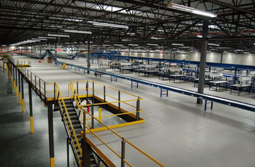 Material handling Wildeck Mezzanine with integrated conveyor