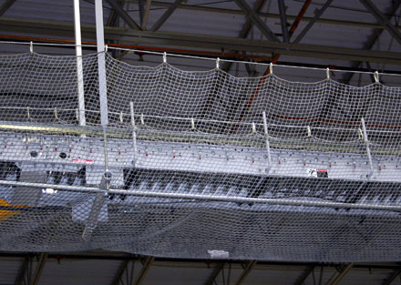 Overhead conveyor guarded with safety net